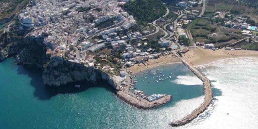 Peschici Gargano Puglia, Borgo Marinaro arroccato su di una rupe a 90 metri a picco sul mare.